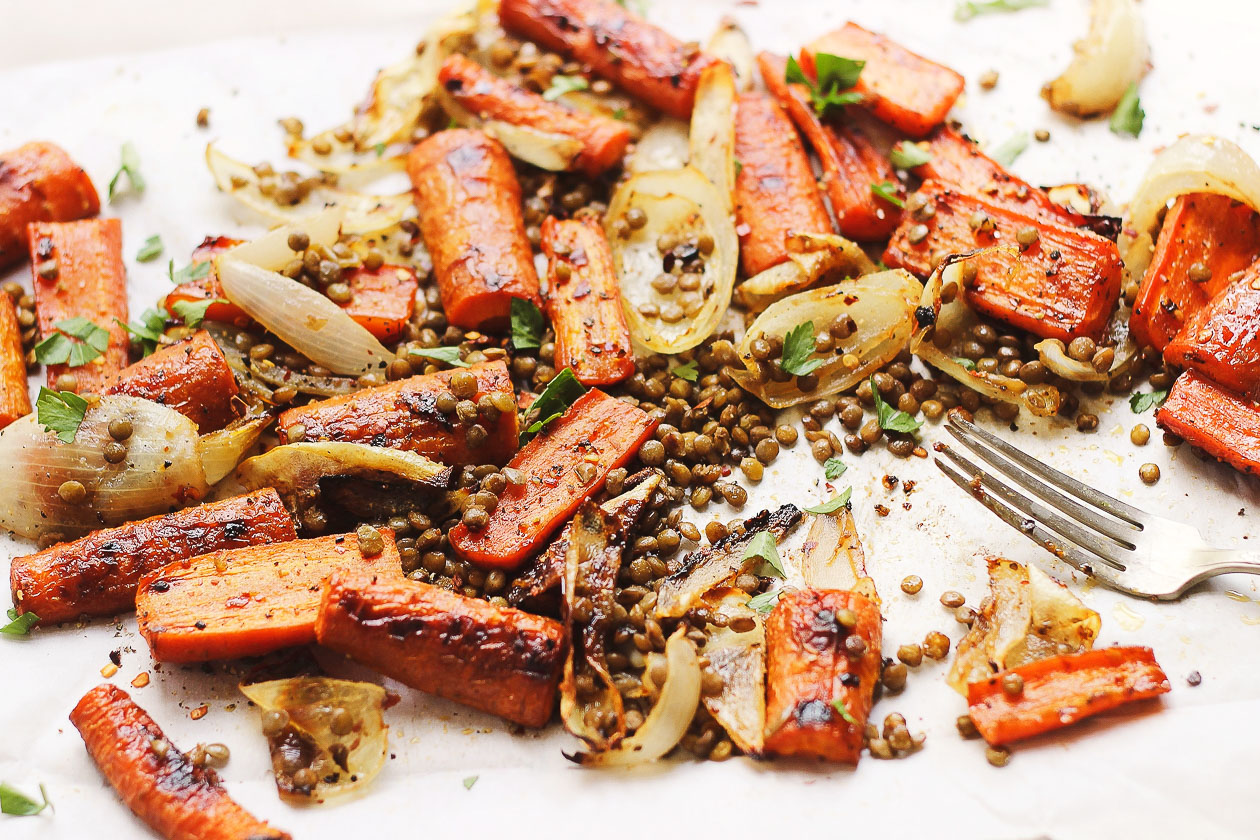 Spicy + Sweet Maple Carrots with Crispy Lentils | Roasted, spicy and sweet maple carrots paired with crispy lentils for a naturally vegan and gluten-free meal. Perfect for the fall, winter or anytime.