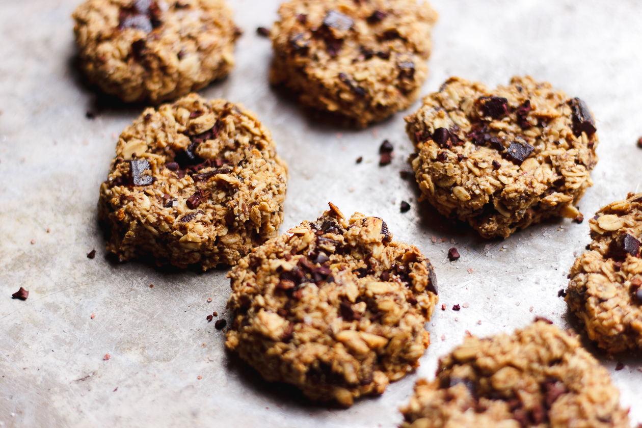 Salty Fruity Oat Breakfast Cookies with Cacao Nibs | Fruity oat breakfast cookies full of plant-based protein, Himalayan pink salt and cacao nibs. Vegan, gluten-free, healthy breakfast cookies.