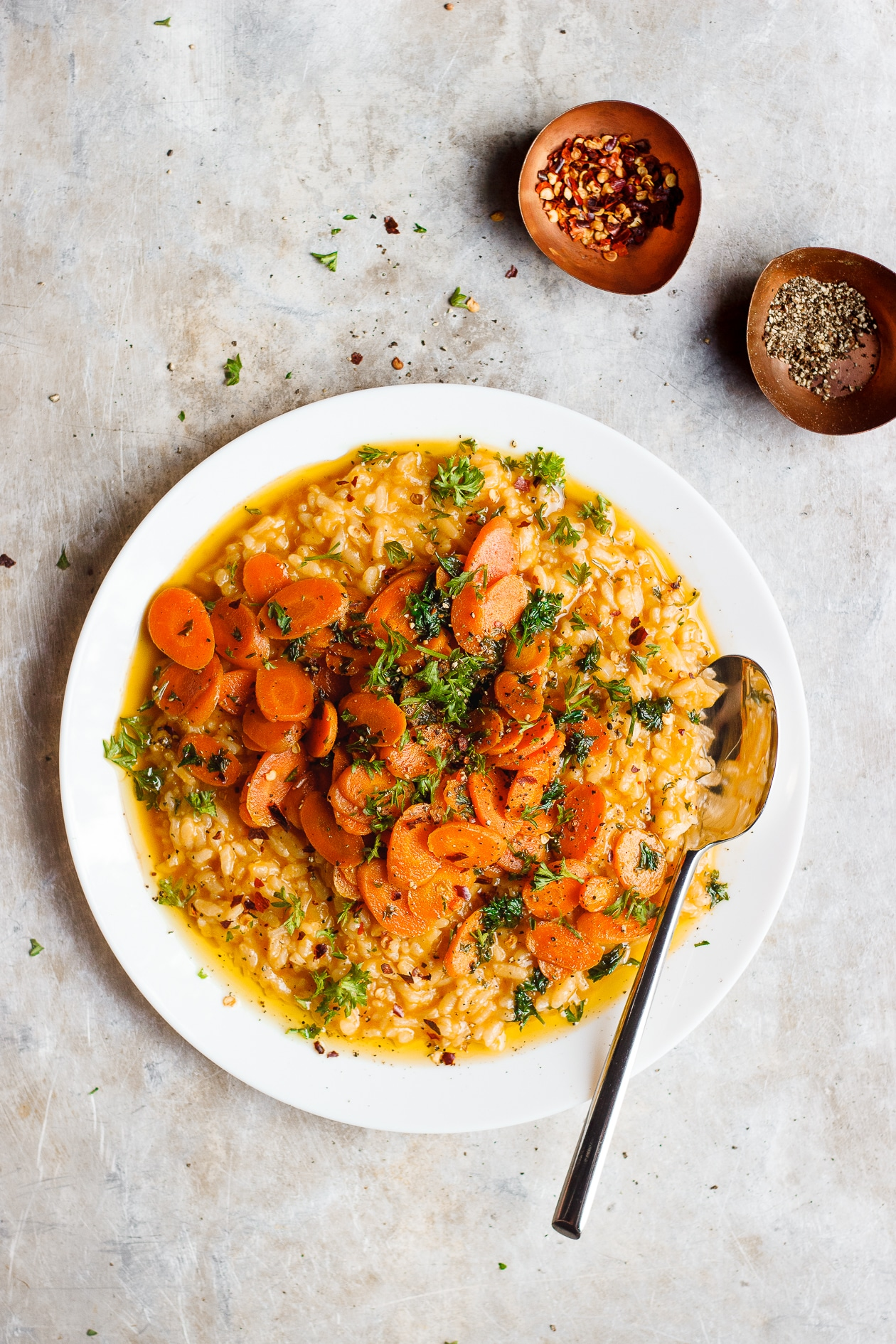 No-Stir Risotto with Herbed Caramelized Carrots | Cozy no-stir risotto with herbed caramelized carrots. A naturally gluten-free and vegan risotto recipe. Quick, easy, stir-free risotto.